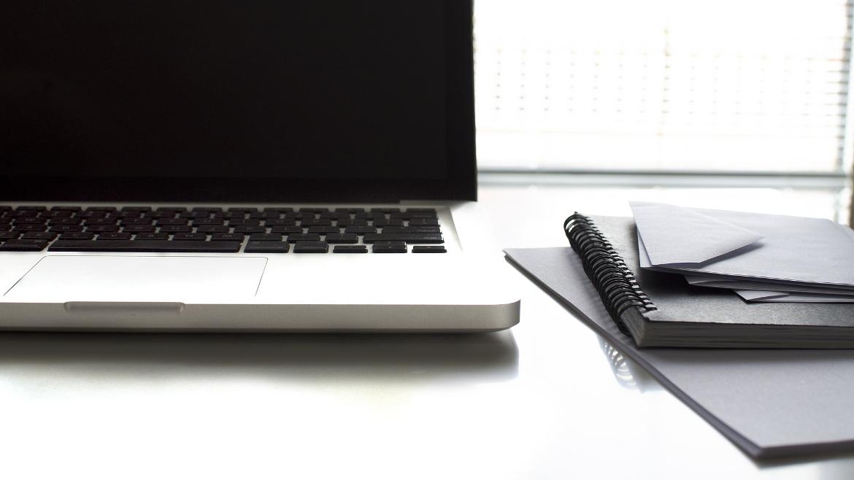 c776ad8181 Immagine di un computer ed un'agenda su di una scrivania